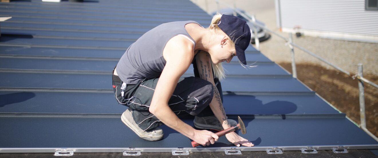 Die Spenglerin Luisa Buck bei der Arbeit auf dem Dach.